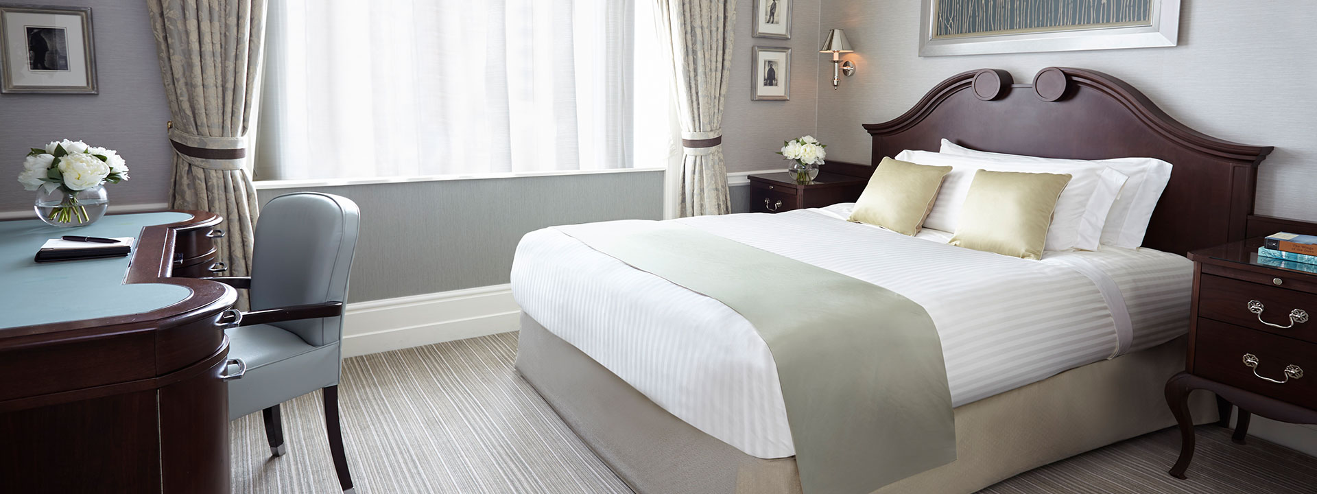 Superior queen room queen bed added style the connaught - Queen bed ideas for small room ...